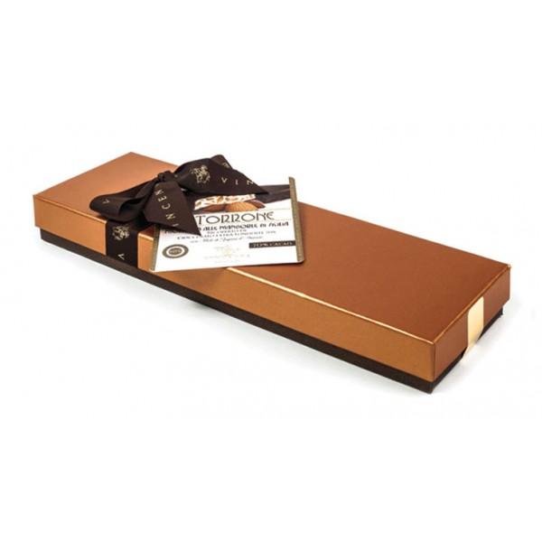 Vincente Delicacies - Torrone Morbido alla Mandorla Sicilia Ricoperto di Cioccolato Extra Fondente 70% - Scatola Fiocco